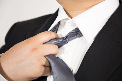 ネクタイをゆるめる男性