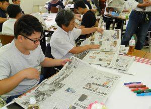 新聞を読む参加者