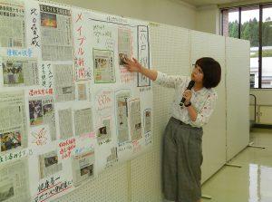 できあがった壁新聞を発表する大学生
