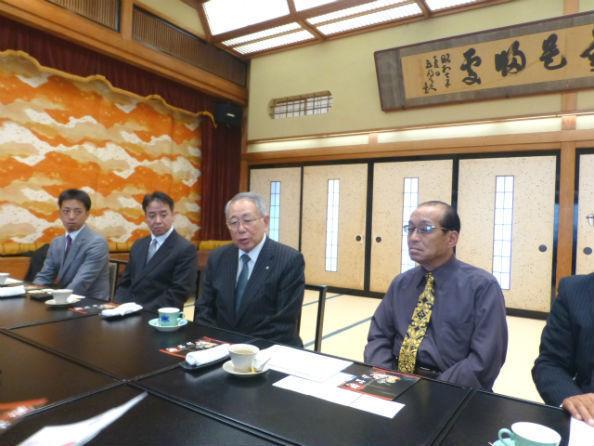 ジビエ活用を語る吉田秀光・三朝町長(左から三人目)と千久馬惣一・惣和会名誉会長(同4人目)