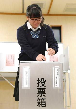 衆院選の期日前投票始まる 18歳女子高生が一番乗り、大阪