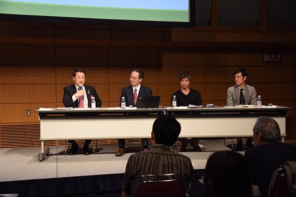 鳥取県についての分科会で討論する平井県知事(左)ら出席者