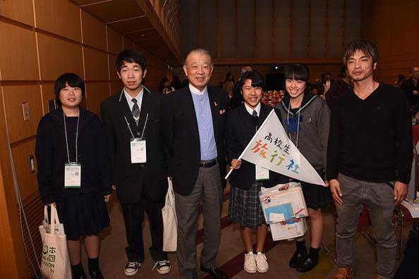 分科会を聞きに来ていた笹川日本財団会長と写真に納まる高校生旅行者の4人