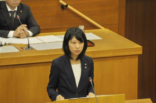 一般質問に立つ、島津明香高砂市議会議員