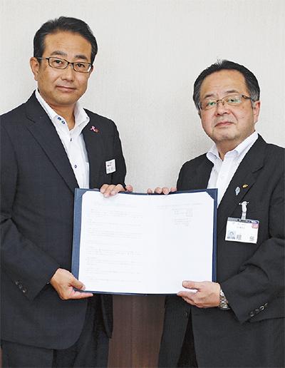 阿川支社長と服部市長(左から)