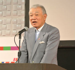 冒頭で挨拶する笹川会長
