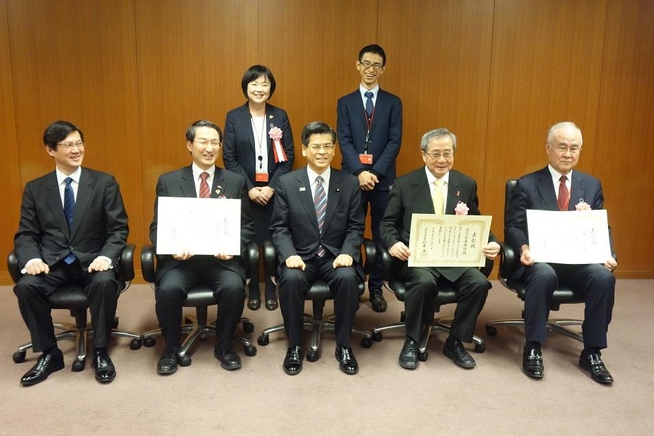 表彰状を受けた鳥取県UDタクシー団体の記念撮影の様子