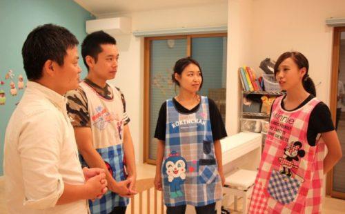 スタッフの方々と話す中村さん(写真中の左)