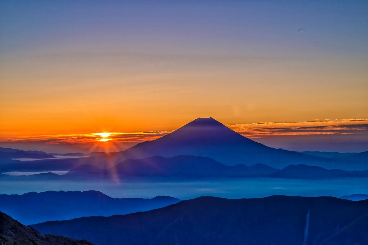 日の出と山