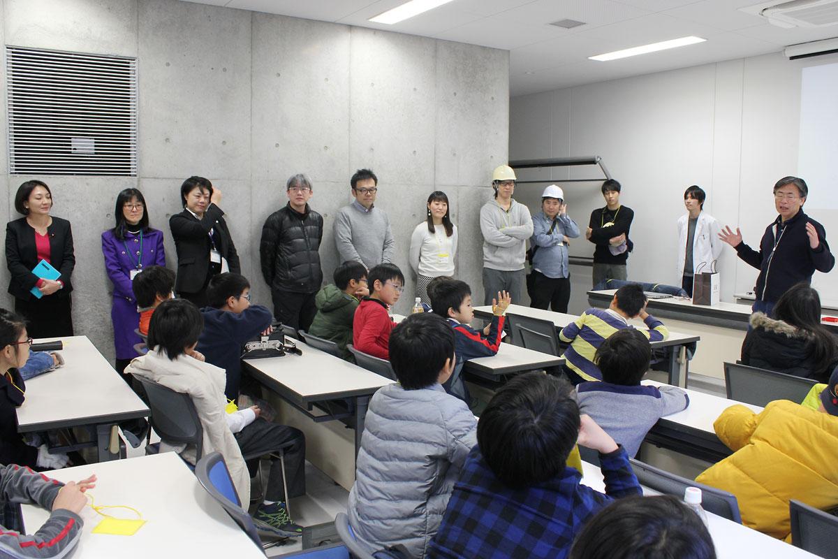 プログラムの概要を説明する中邑賢龍東大先端研教授