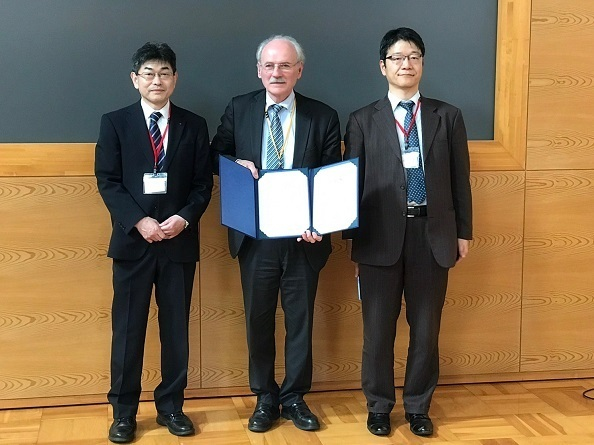 ロシャール氏=中央=に環境省、福島県から感謝状が贈られた