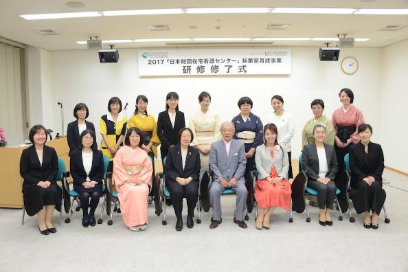 笹川日本財団会長を囲んで記念撮影する修了生15人