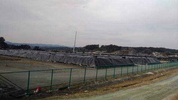 被災地にうず高く積まれた除染廃棄物