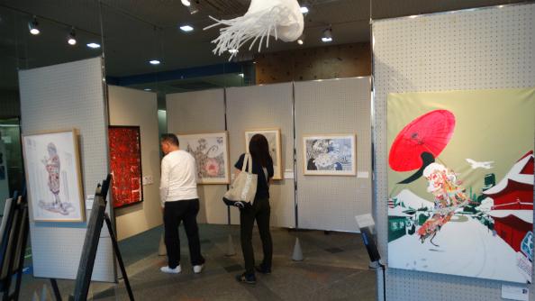 横浜会場で作品展を熱心に見る人たち