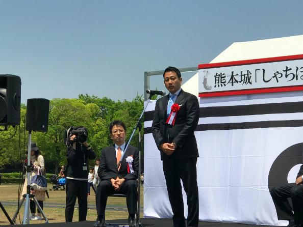 あいさつする笹川日本財団常務理事(右)と大西熊本市長