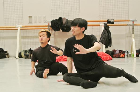 DAZZLEのメンバーと振り付けを練習する西村大樹さん(左)