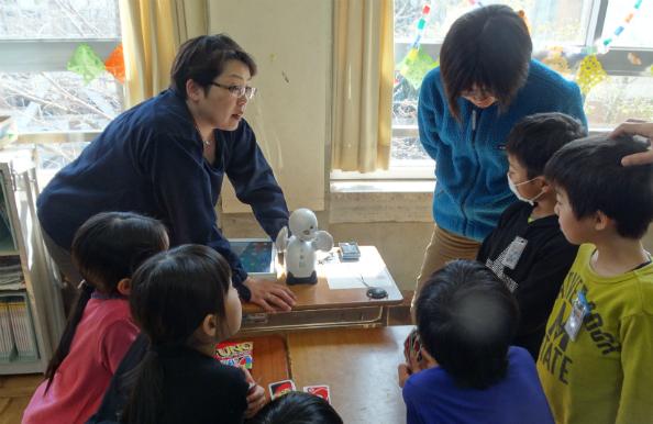 オリヒメの稼働状況をチェックする今川代表(左奥)