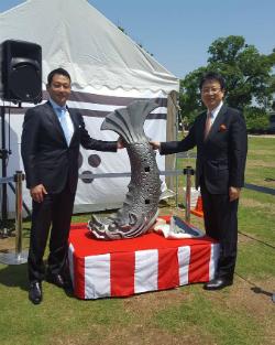 笹川常務理事(左)と一緒に写真に納まる大西市長