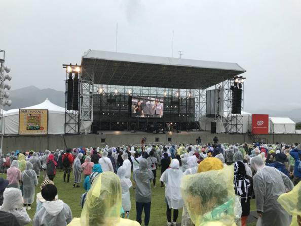 悪天候の中、最終的に約8000人の観客が集まった阿蘇ロックフェスの会場