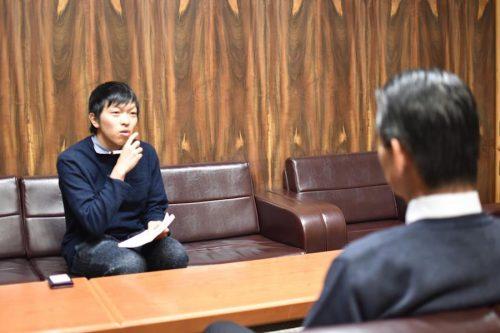 北海道上砂川町で町長に直接インタビューする様子