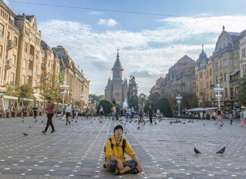 ヨーロッパ周遊中、ルーマニア・ティミショアラの勝利広場にて