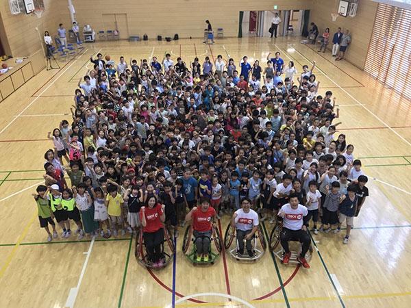 車いすバスケット体験会に参加した子どもたちとアンバサダー