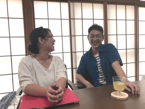シェアハウス隣の自宅で、笑顔でインタビューに応じる、香織さんと隼人さん