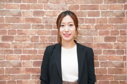 フォーサイトで資格を取得し、質問回答講師として受講生にアドバイスを送る女性スタッフ
