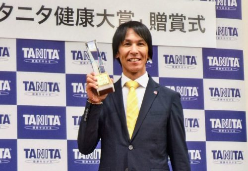 タニタ健康大賞を受賞した葛西。タニタの体重計はコンディション管理の必需品という