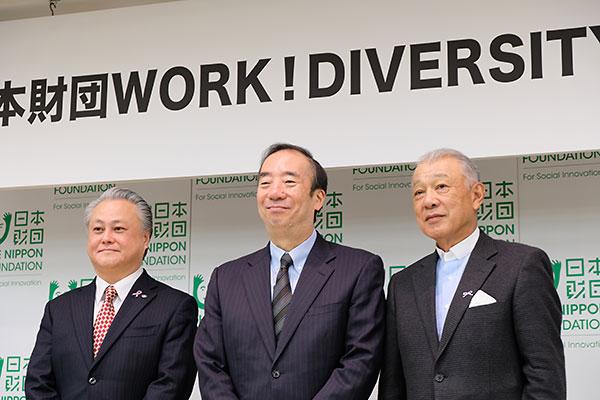 (左から)鈴木俊彦厚生労働省事務次官、清家篤全体委員会会長、笹川陽平日本財団会長