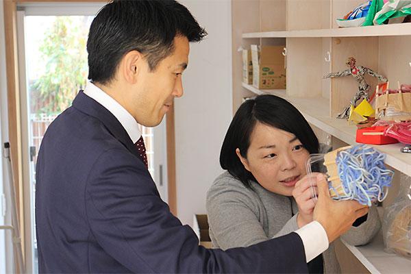 職員から説明を受ける菅原市長