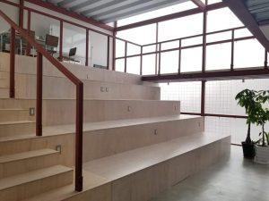 イベントに対応可能なスタジアム型のフリースペース。