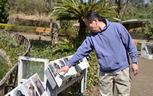 チンパンジーの群れのメンバー構成を説明する、動物相談員の島原直樹さん
