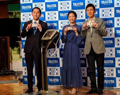 左から谷田社長、関根麻里、関根勤(手前はフレイル体組成計)
