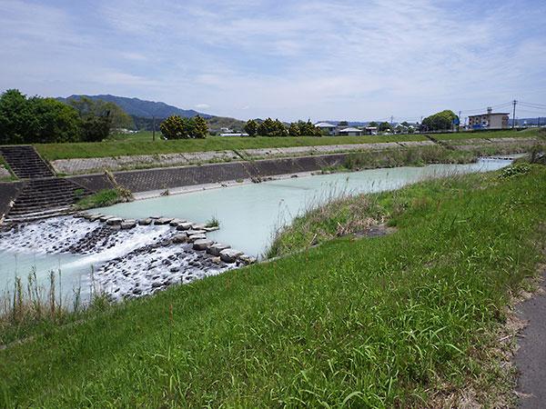 硫黄山の噴火によって河川が白濁