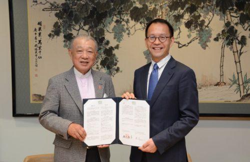 署名式での日本財団の笹川(左)とチェン・ビー氏(右)