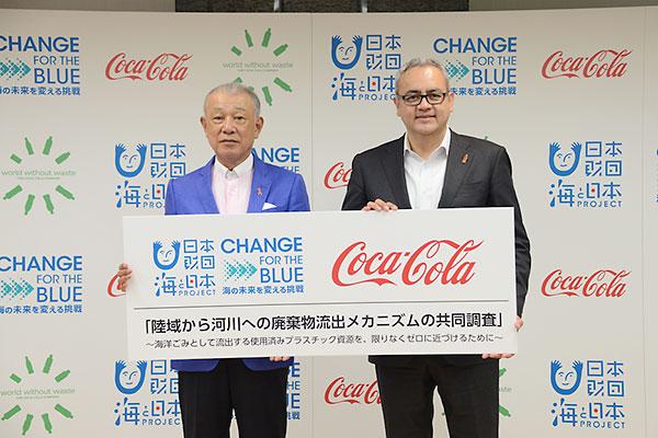 (左から)日本財団 笹川陽平会長と、日本コカ・コーラ株式会社 ホルヘ・ガルドゥニョ代表取締役社長