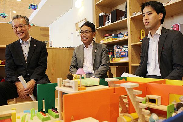左から加納会長、平谷市長、山田主事