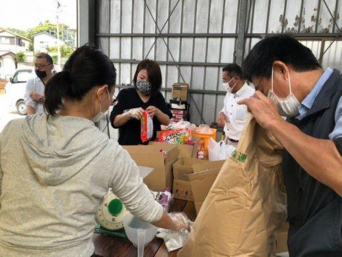 食材等を仕分けするボランティアスタッフの様子(提供:千葉県流山市「南流山子ども食堂」)