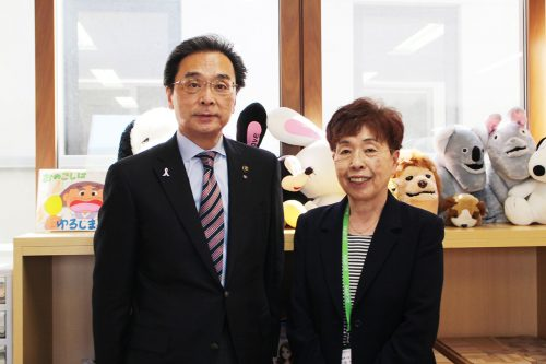 永松市長とNPO法人こどもサポートにっこ・にこの小畑たるみさん