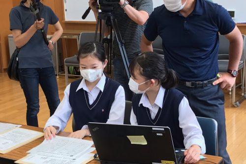 開票作業を行う選挙管理委員の生徒たち