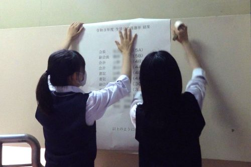 選挙結果を校内に貼り出す選挙管理委員(写真提供:つくば市)