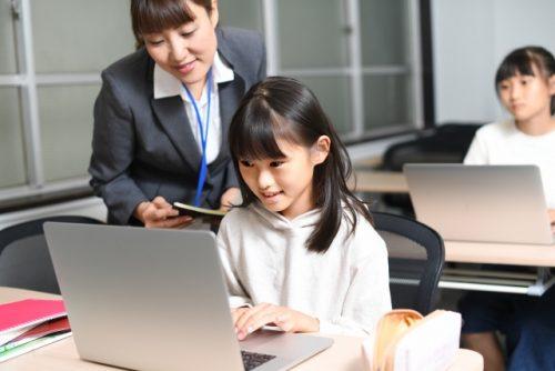 パソコンを操作する子どもたち